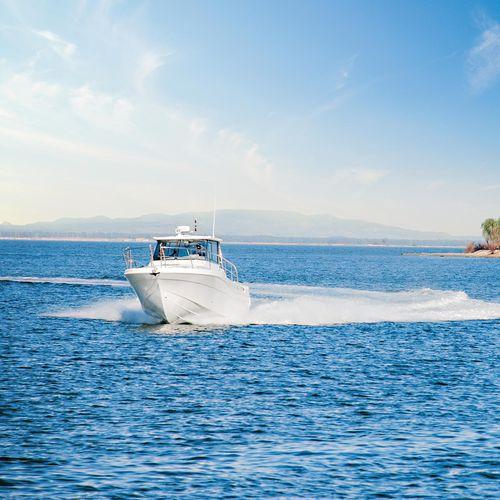 barco de pesca-passeio com motor de popa / com hard-top / máx. 5 pessoas / com cabine