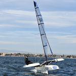 trimarã com foil / de regata / em carbono / mastro de carbono